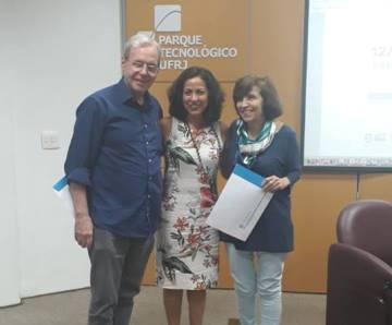 A Pró-reitora de Pós-Graduação e Pesquisa da UFRJ Profª Leila Rodrigues da Silva (no centro) com Franklin David Rumjanek e Vivian Mary B. Dodd Rumjanek